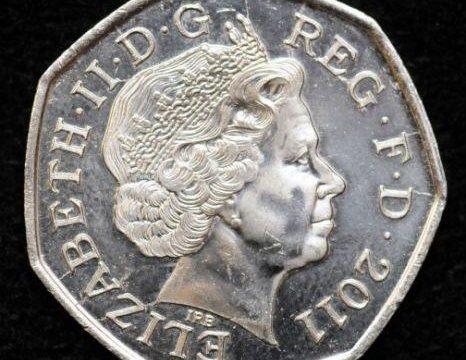 Studentessa inglese trova moneta del futuro con la data 2011