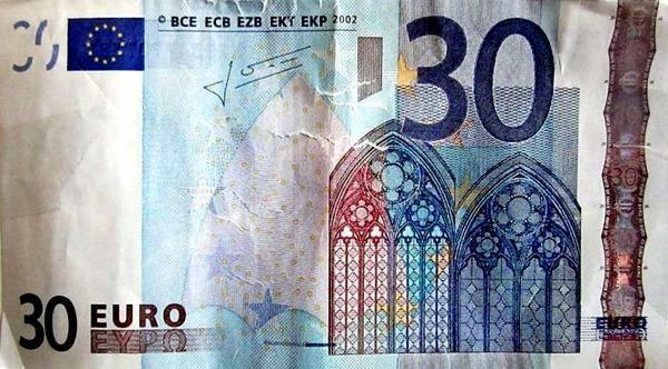 Paga con un biglietto da 30 euro. La cassiera gli dà il resto
