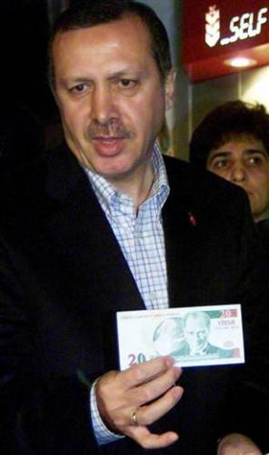 Erdogan mostra la nuova banconota da 20 lire (2005)