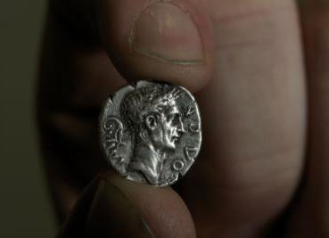 Un enigmatico falso denario romano
